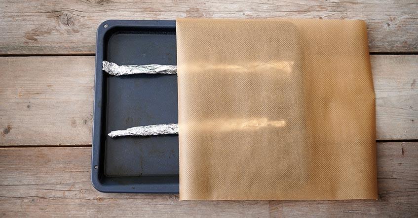 Aus Toppits Alufolie und Backpapier entsteht ein Baguetteblech