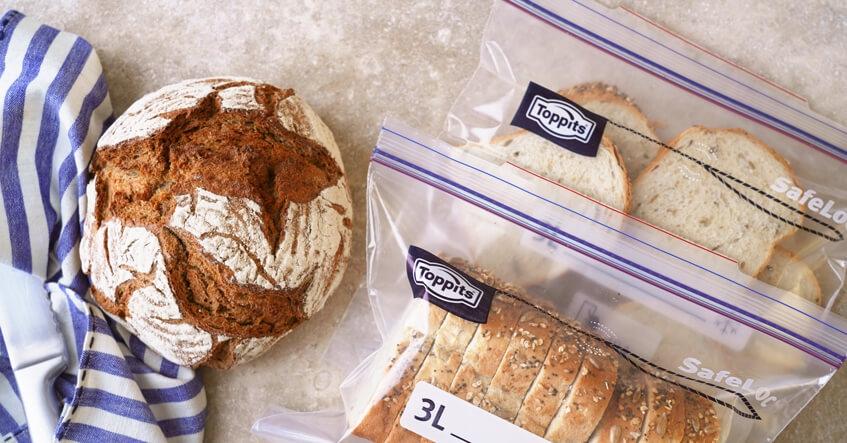 Brot auf dem Tisch und Brotscheiben in Toppits Gefrierbeuteln