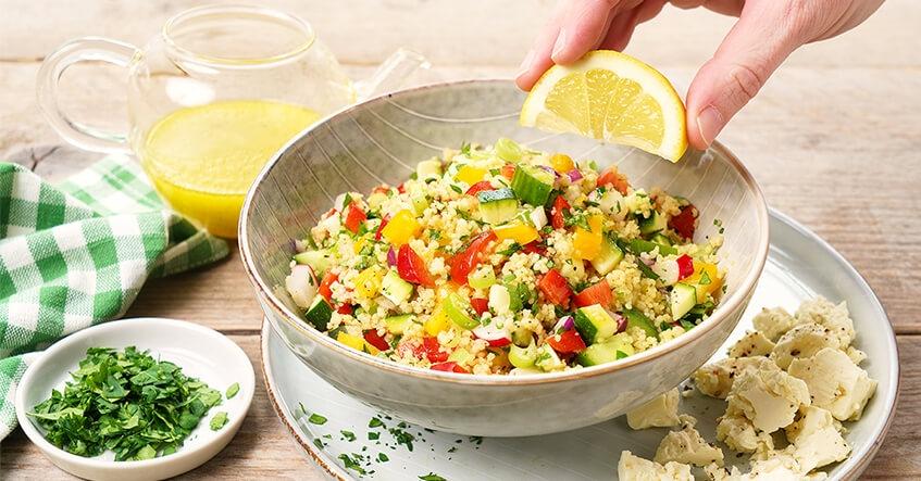 Couscous-Salat in der Schale mit Dressing