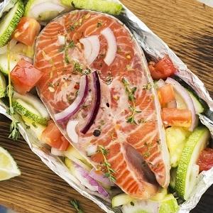 Frischer Fisch auf einem Gemüsebett