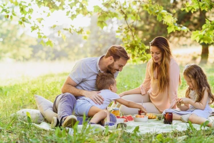 Fröhliche Familie beim Picknick im Park