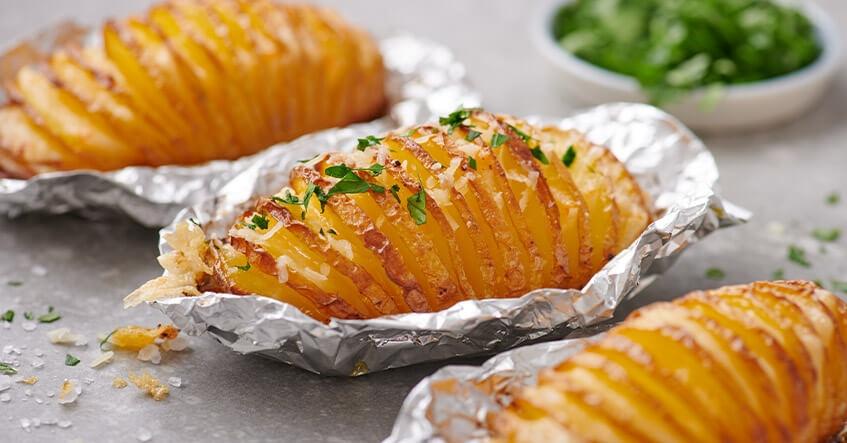 Gebackene Hasselback Kartoffeln im Alufolie-Päckchen mit Käse und Kräutern