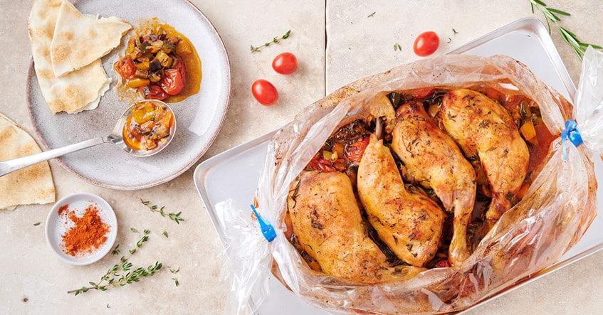 Knusprige Hähnchenschenkel auf Ratatouille Gemüse im Toppits Bratschlauch