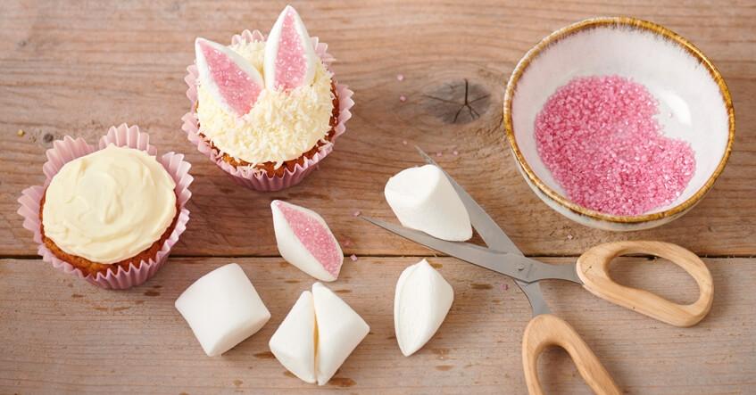 Marshmallows für die Ohren von Hasenmuffins mit der Schere halbieren