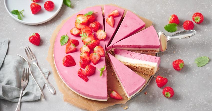 Panna Cotta Torte mit Himbeeren in der Creme und Erdbeeren obenauf