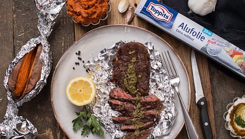 Wie du mit Toppits® Alufolie Steak und Kartoffeln schön saftig bekommst